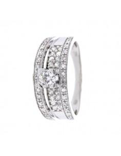 Bague solitaire diamant accompagné sur les côtés en or blanc