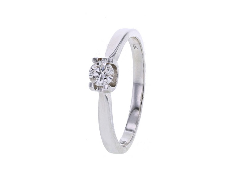 Solitaire diamond engagement ring in 18 K gold