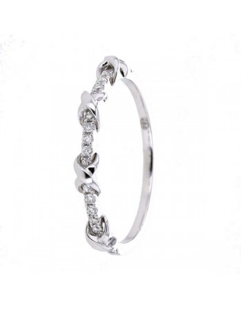Cross links shaped pave set wedding ring in 18 K gold