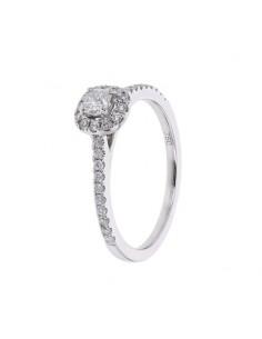 Coussin solitaire accompagné entourage diamants en or blanc