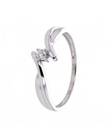 Solitaire diamond ring in 9 K gold