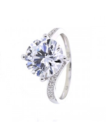 Impressive cz solitaire ring diamond sided in 18 K gold