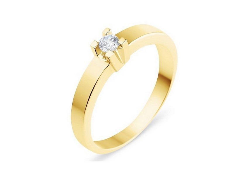 Diamond solitaire ring with square prongs in 18 K gold
