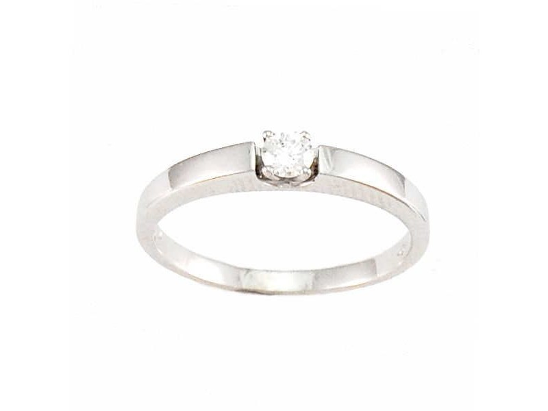 Luxurious diamond solitaire ring in 18 K gold