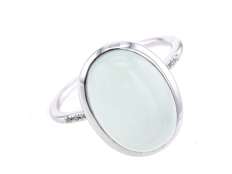 Diamond sided chalcedony ring in 9 K gold